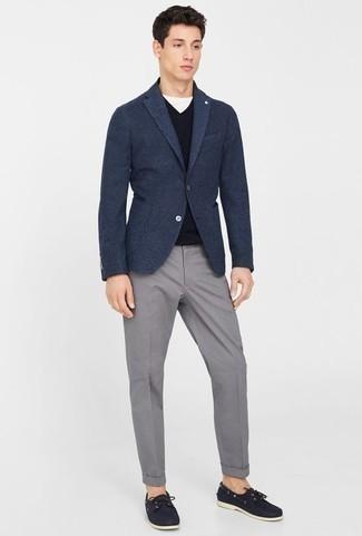 Темно-синий шерстяной пиджак: с чем носить и как сочетать мужчине: Темно-синий шерстяной пиджак и серые брюки чинос — вариант, который будет неизменно притягивать женские взоры. Чтобы лук не получился слишком зализанным, можешь завершить его темно-синими кожаными топсайдерами.