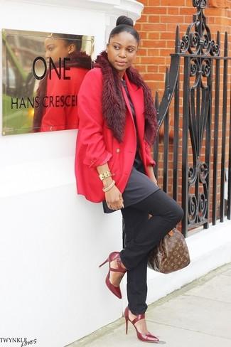 Как и с чем носить: красный пиджак, темно-серая туника, черные джинсы, темно-красные кожаные туфли
