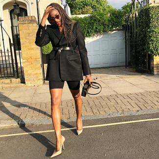 Как и с чем носить: черный пиджак, бежевые сатиновые туфли, темно-коричневый кожаный клатч с принтом, черный кожаный пояс