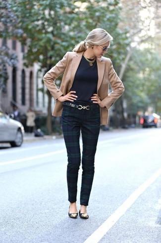 Как и с чем носить: светло-коричневый пиджак, темно-сине-зеленые узкие брюки в шотландскую клетку, черные замшевые балетки, черный кожаный ремень