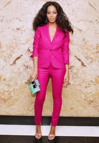 Как и с чем носить: ярко-розовый пиджак, ярко-розовые узкие брюки, бежевые кожаные босоножки на каблуке, мятный клатч