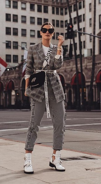 Как и с чем носить: темно-коричневый пиджак в шотландскую клетку, черно-белые узкие брюки в мелкую клетку, белые кожаные ботильоны с вырезом, черная замшевая сумка через плечо