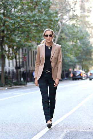 Как и с чем носить: светло-коричневый пиджак, темно-синие узкие брюки в шотландскую клетку, черные кожаные туфли, черный кожаный ремень