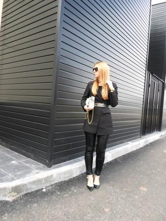 Как и с чем носить: черный пиджак, черные кожаные узкие брюки, черные кожаные туфли с шипами, белая кожаная сумка через плечо