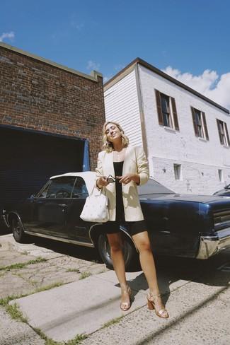 Как и с чем носить: бежевый пиджак, черный укороченный топ, черные велосипедки, золотые кожаные босоножки на каблуке