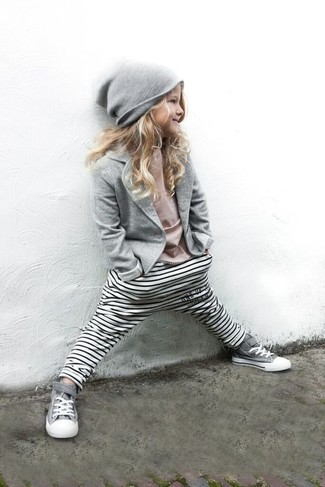 Как и с чем носить: серый пиджак, розовая футболка, белые леггинсы в горизонтальную полоску, серые кеды
