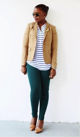 Как и с чем носить: светло-коричневый пиджак, бело-темно-синяя футболка на пуговицах в горизонтальную полоску, темно-зеленые леггинсы, светло-коричневые кожаные туфли