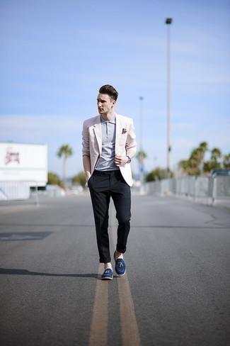 Розовый пиджак и темно-синие брюки чинос в шотландскую клетку помогут создать стильный офисный образ. Что касается обуви, можно отдать предпочтение классическому стилю и выбрать темно-синие замшевые лоферы с кисточками.