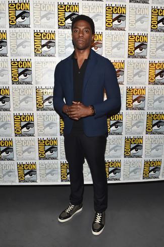 Как и с чем носить: темно-синий пиджак, черная футболка-поло, черные брюки чинос, оливковые кожаные высокие кеды
