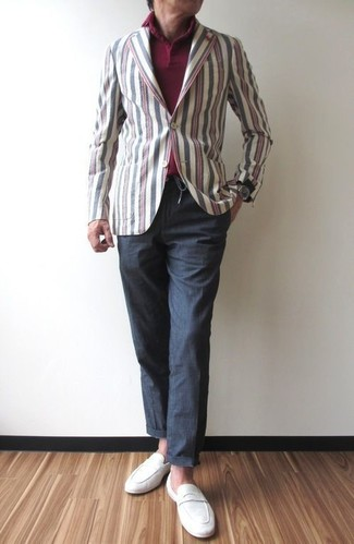 Как и с чем носить: разноцветный хлопковый пиджак в вертикальную полоску, темно-красная футболка-поло, темно-серые брюки чинос, белые замшевые лоферы