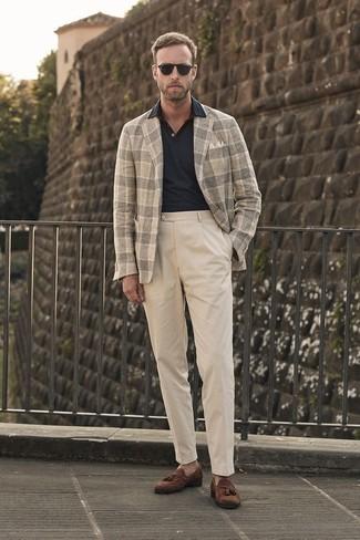 Как и с чем носить: бежевый шерстяной пиджак в шотландскую клетку, черная футболка-поло, бежевые брюки чинос, коричневые замшевые лоферы с кисточками