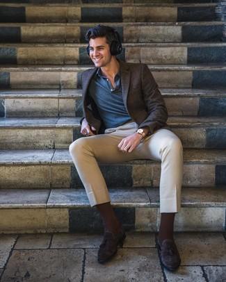 Как и с чем носить: темно-коричневый пиджак в клетку, темно-синяя футболка-поло, бежевые брюки чинос, темно-коричневые замшевые лоферы с кисточками