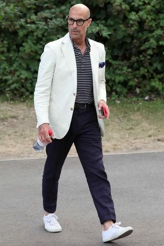 Как и с чем носить: белый пиджак, темно-сине-белая футболка-поло в горизонтальную полоску, темно-синие брюки чинос, белые низкие кеды из плотной ткани