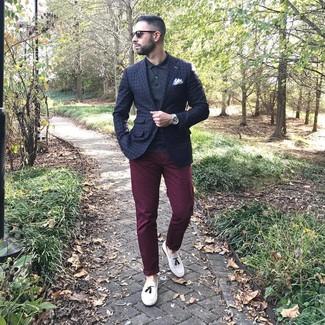 Как и с чем носить: темно-синий пиджак в клетку, черная футболка-поло, темно-красные брюки чинос, белые кожаные лоферы с кисточками