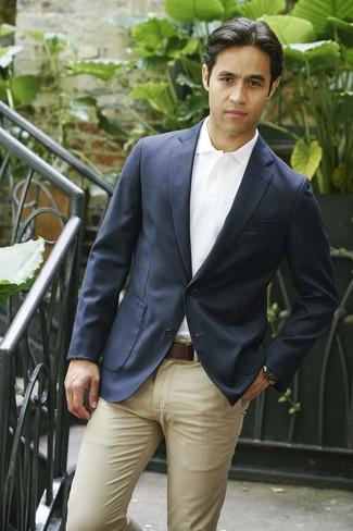 Как и с чем носить: темно-синий пиджак, белая футболка-поло, светло-коричневые брюки чинос, темно-коричневый кожаный ремень