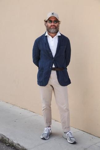 Бежевые брюки чинос: с чем носить и как сочетать: Темно-синий льняной пиджак и бежевые брюки чинос — хороший мужской ансамбль для встречи в ресторане. Дополни образ серыми кроссовками, если не хочешь, чтобы он получился слишком претенциозным.
