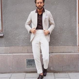 С чем носить бежевый пиджак мужчине: Сочетание бежевого пиджака и белых брюк чинос — великолепный пример вольного офисного стиля для молодых людей. Не прочь добавить сюда нотку изысканности? Тогда в качестве дополнения к этому луку, выбирай темно-коричневые кожаные туфли дерби.