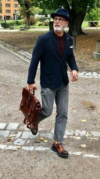 С чем носить темно-синий вязаный пиджак мужчине: Темно-синий вязаный пиджак и серые брюки чинос в шотландскую клетку надежно закрепились в гардеробе современных молодых людей, помогая создавать яркие и стильные ансамбли. Разноцветные кожаные туфли дерби добавят образу немного консерватизма.