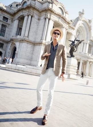 Как и с чем носить: коричневый пиджак в шотландскую клетку, темно-синяя футболка-поло в горизонтальную полоску, белые джинсы, коричневые кожаные лоферы