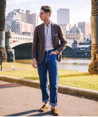 Как и с чем носить: темно-коричневый шерстяной пиджак, серая футболка-поло, синие джинсы, табачные замшевые лоферы