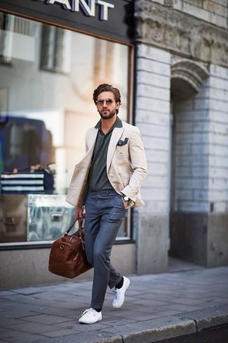 Как и с чем носить: бежевый пиджак, темно-серая футболка-поло, темно-синие классические брюки, белые плимсоллы