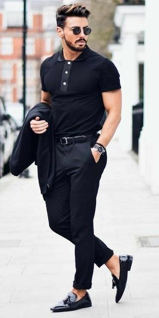Как и с чем носить: черный пиджак, черная футболка-поло, черные классические брюки, черные кожаные лоферы с кисточками