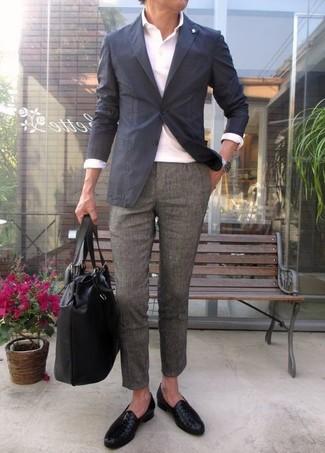 Как и с чем носить: темно-серый пиджак, белая футболка-поло, серые шерстяные классические брюки, черные кожаные лоферы