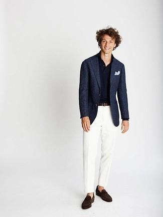 Мода для 20-летних мужчин: Несмотря на то, что это довольно сдержанный ансамбль, тандем темно-синего пиджака и белых классических брюк приходится по душе стильным мужчинам, пленяя при этом сердца прекрасных дам. Говоря об обуви, можно закончить образ темно-коричневыми замшевыми лоферами.