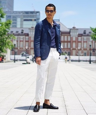 """Белые классические брюки: с чем носить и как сочетать мужчине: Несмотря на то, что этот ансамбль довольно-таки классический, тандем темно-синего пиджака с узором """"гусиные лапки"""" и белых классических брюк всегда будет по душе стильным молодым людям, покоряя при этом сердца дам. Черные кожаные лоферы — хороший выбор, чтобы закончить ансамбль."""