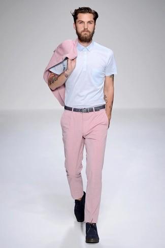 Розовый пиджак и розовые классические брюки — прекрасный вариант для выхода в свет. Что касается обуви, можно отдать предпочтение комфорту и выбрать темно-синие замшевые дезерты.