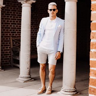 Как и с чем носить: голубой пиджак, белая футболка-поло, серые шорты из жатого хлопка, светло-коричневые кожаные топсайдеры