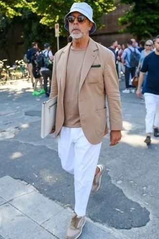 Модные мужские луки 2020 фото: Светло-коричневый пиджак в паре с белыми брюками чинос — беспроигрышный офисный вариант для парней. Если подобный ансамбль кажется тебе слишком смелым, разбавь его бежевыми замшевыми низкими кедами.