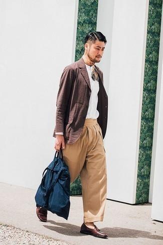 Темно-синяя большая сумка из плотной ткани: с чем носить и как сочетать мужчине: Коричневый пиджак и темно-синяя большая сумка из плотной ткани — выбор джентльменов, которые никогда не сидят на месте. Если тебе нравится сочетать в своих образах разные стили, из обуви можешь надеть коричневые кожаные лоферы.