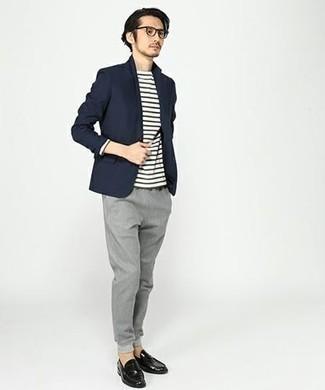 Темно-синий пиджак: с чем носить и как сочетать мужчине: Когда не представляешь, в чем пойти на учебу или на работу, темно-синий пиджак и серые брюки чинос — хороший образ. Дополнив образ черными кожаными лоферами, ты привнесешь в него нотки строгой классики.