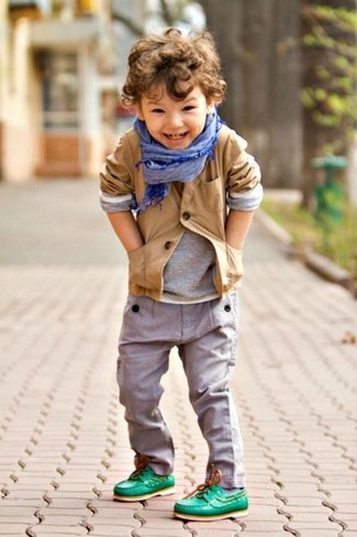 Как и с чем носить: светло-коричневый пиджак, серая футболка с длинным рукавом, серые брюки, зеленые топсайдеры