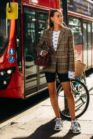 Как и с чем носить: коричневый пиджак в шотландскую клетку, белая футболка с длинным рукавом с принтом, черные велосипедки, разноцветные кроссовки