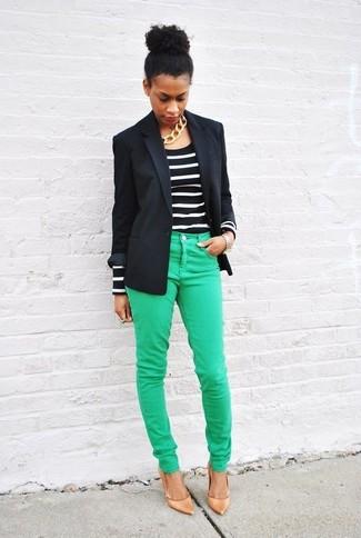 Как и с чем носить: черный пиджак, черно-белая футболка с длинным рукавом в горизонтальную полоску, зеленые джинсы скинни, светло-коричневые кожаные туфли