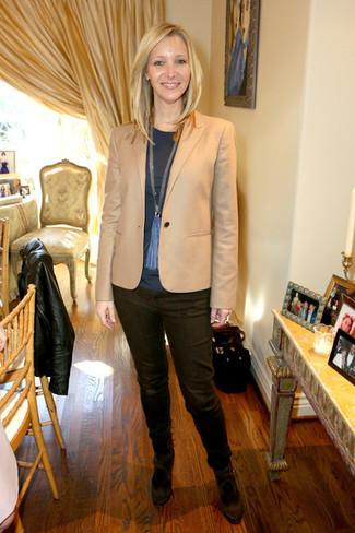Как и с чем носить: светло-коричневый пиджак, темно-серая футболка с длинным рукавом, темно-коричневые джинсы, темно-коричневые замшевые туфли