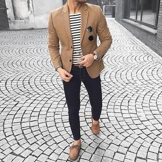 Как и с чем носить: коричневый пиджак, бело-черная футболка с длинным рукавом в горизонтальную полоску, черные зауженные джинсы, коричневые замшевые топсайдеры