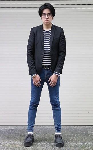 """Синие зауженные джинсы: с чем носить и как сочетать мужчине: Лук из черного пиджака и синих зауженных джинсов в мужском луке позволит добиться ощущения """"элегантной свободы"""". Теперь почему бы не добавить в повседневный лук немного стильной строгости с помощью черных кожаных массивных туфель дерби?"""