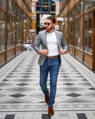 С чем носить синие зауженные джинсы мужчине: Для свидания в кино или кафе чудесно подходит ансамбль из серого пиджака и синих зауженных джинсов. Не прочь сделать ансамбль немного строже? Тогда в качестве обуви к этому образу, стоит выбрать коричневые замшевые ботинки челси.