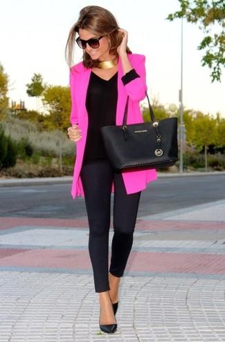 Как и с чем носить: ярко-розовый пиджак, черная футболка с длинным рукавом, черные леггинсы, черные кожаные туфли
