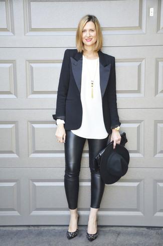Как и с чем носить: черный пиджак, белая футболка с длинным рукавом, черные кожаные леггинсы, черные кожаные туфли с украшением