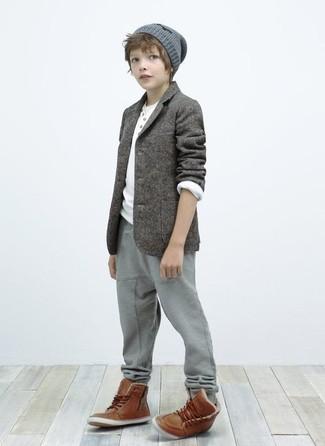Как и с чем носить: серый пиджак, белая футболка с длинным рукавом, серые спортивные штаны, коричневые ботинки