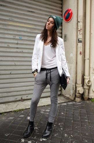 Если ты ценишь удобство и практичность, тебе понравится сочетание белого пиджака и серых спортивных штанов. Черные кожаные ботинки челси — отличный вариант, чтобы завершить образ.