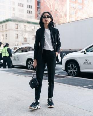 Как и с чем носить: черный пиджак, белая футболка с круглым вырезом, черные брюки-галифе, черные кроссовки