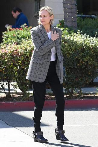 Как и с чем носить: серый пиджак в шотландскую клетку, белая футболка с круглым вырезом, черные брюки-галифе, темно-коричневые кожаные ботильоны
