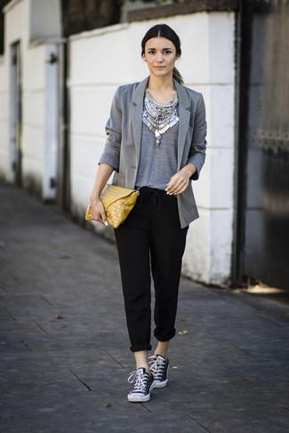 Как и с чем носить: серый пиджак, серая футболка с круглым вырезом, черные брюки-галифе, черно-белые низкие кеды из плотной ткани