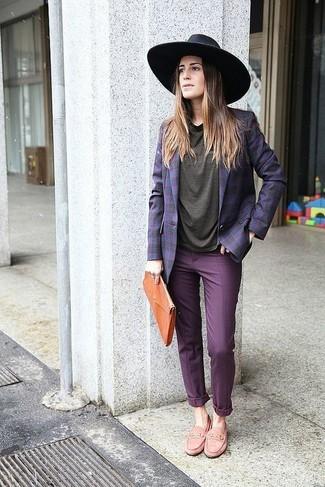 efe75c555be3 С чем носить фиолетовые брюки чинос женщине? Модные луки (1 фото ...