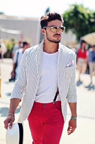 Как и с чем носить: бело-черный пиджак в вертикальную полоску, белая футболка с круглым вырезом, красные брюки чинос, белая соломенная шляпа